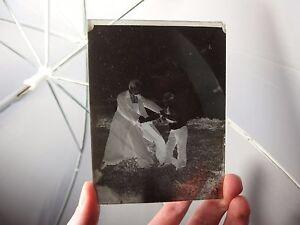 details sur ancienne photo photographie plaque verre aumonier jouant avec un enfant