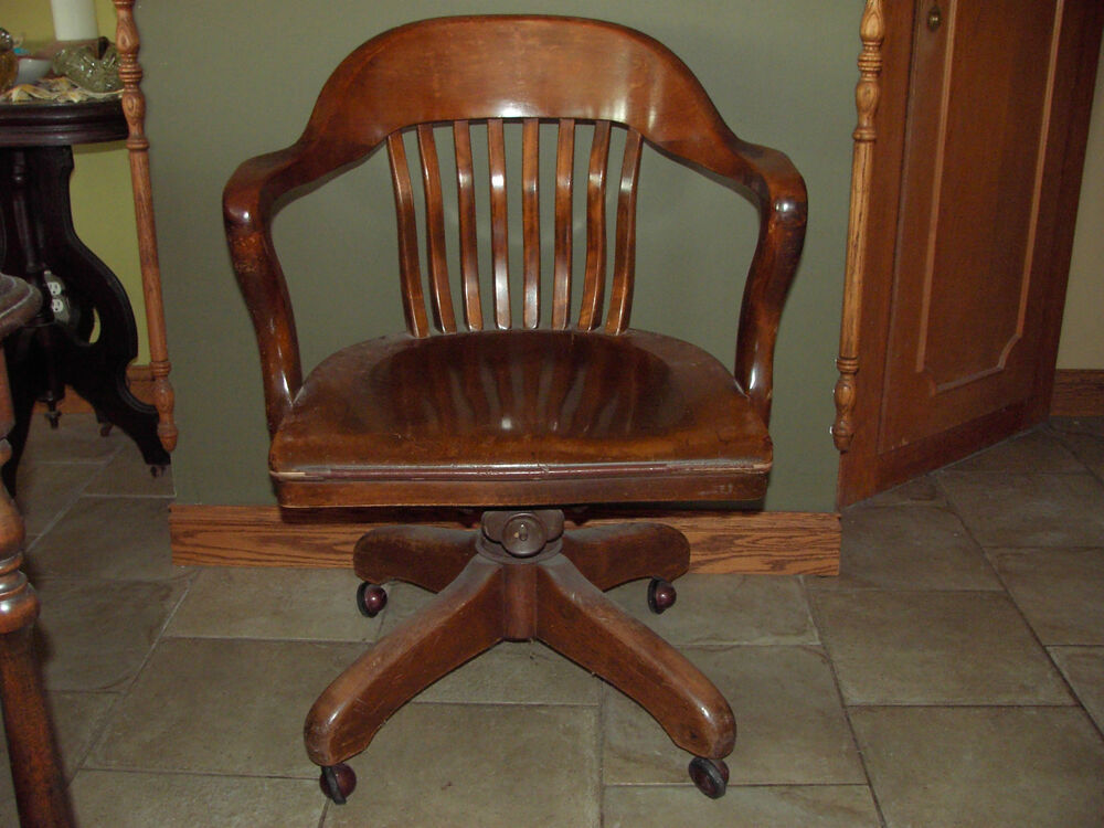 AN ORIGINAL ANTIQUE 1900s WOODENSWIVEL BANKERS CHAIR