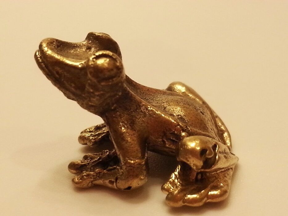 BRASS FROG MINIATURE FIGURINE VINTAGE COLLECT LOVELY