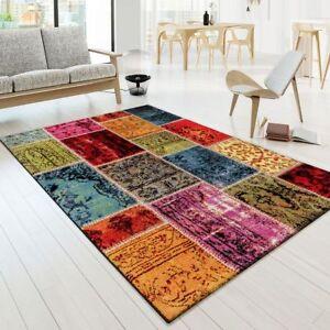 tapis multicolores avec des motifs