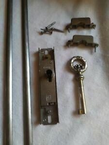 serrure meuble ancien dans portes