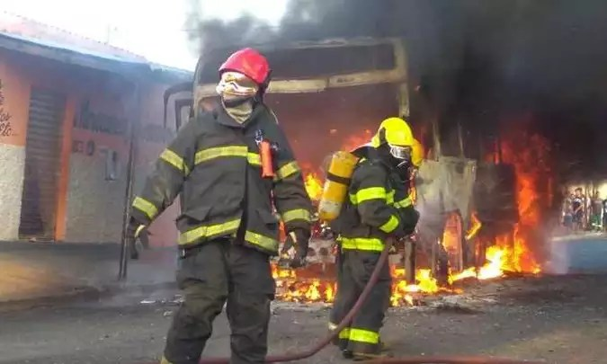 Bombeiros combatem as interdições coletivas no Bairro Jardim Primavera, em Uberaba (foto: Corpo de Bombeiros / Divulgação)