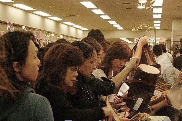 日本人愛名牌,舊貨也是愛不釋手。(攝影:牧久惠/大紀元)