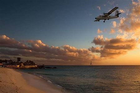 加勒比旅遊小島機場 客機齊頭降落 | 大紀元