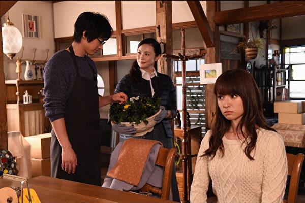 日片《拜托请爱我》剧照,左为藤冈靛,右为深田恭子。(纬来日本台提供)