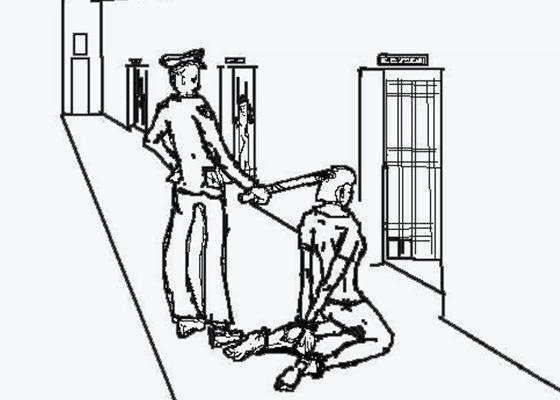 """中共酷刑示意图:""""穿后刑""""——将人双手背铐、双膝下跪、双脚戴脚镣,同时将手铐、脚镣用铁丝最短距离串起来。(明慧网)"""