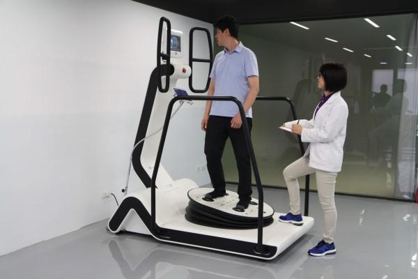 「Huber360坐站平衡訓練」中風患者的新福音 | 中風復健 | 安德復復健專科診所 | 曾清祥 | 大紀元