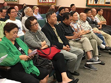 第一排左起四人為長征80周年紀念歌舞晚會主辦團體美中文化協會的成員,左三為美中文化協會會長林旭(David Lin),左四為親共僑領陳軍(John Chen)。(劉菲/大紀元)