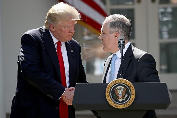 國總統川普(特朗普)6月1日宣布退出巴黎氣候協議,引發全球轟動。圖為川普和環保局長普魯特(右)。(Photo by Win McNamee/Getty Images)
