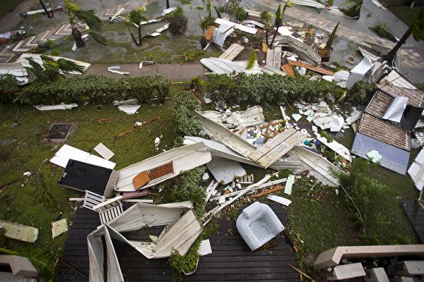 飓风艾玛肆虐加勒比海群岛,逼近美国佛州南部,这场大西洋最强风暴已经在加勒比海地区摧毁大量建筑,导致至少13人死亡。(LIONEL CHAMOISEAU/AFP/Getty Images)