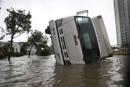 9月10日,一名卡车翻覆在迈阿密的街头。(Joe Raedle/Getty Images)