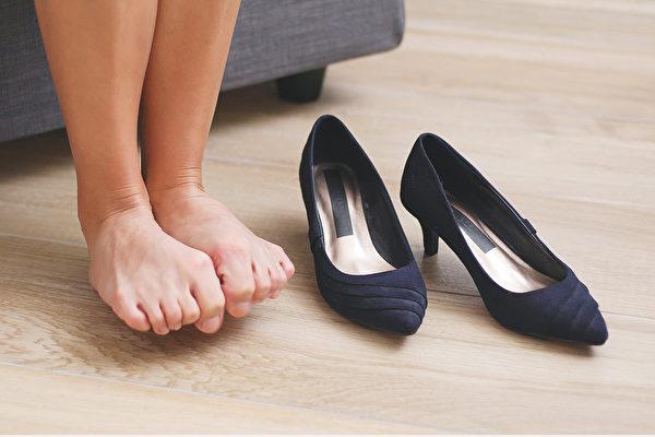 高跟鞋真的不能穿?足踝名醫破解高跟鞋迷思   手術   足部   拇趾外翻   大紀元
