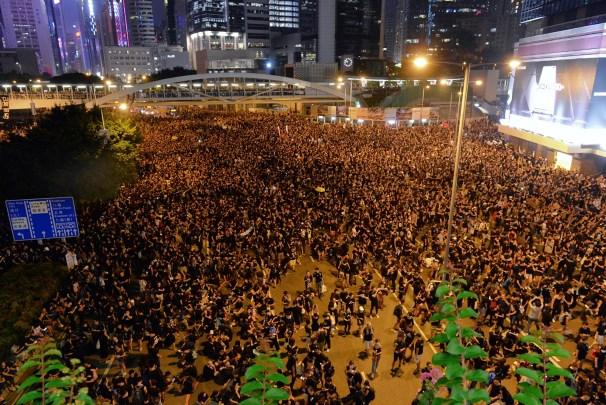 香港200萬民眾上街 北京地鐵站嚴查手機