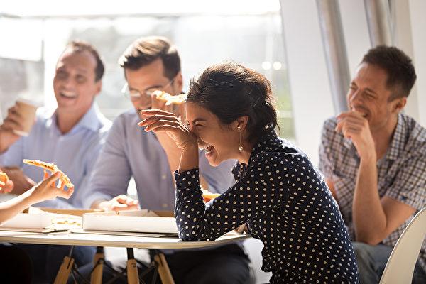 笑是天然的解藥,要想笑口常開,需要用點方法,慢慢把它變成習慣。(Shutterstock)