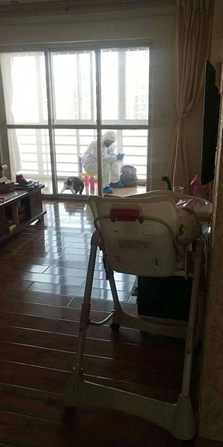 当地民众披露警察进驻家中。(网络图片)
