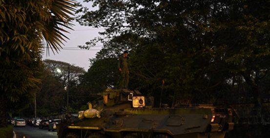 缅甸军方开火驱散示威者,装甲车辆出现在街道上| 缅甸政变| 仰光