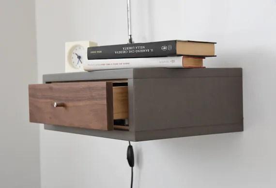 table de chevet suspendue grise en beton avec 1 tiroir en bois de noyer