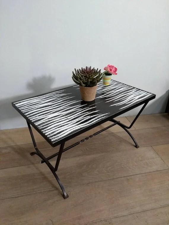 table basse de salon vintage en fer forge et carrelage noir et blanc