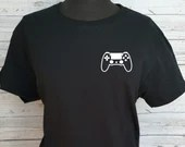 T-shirt with minimalist-style vinyl decal with ps4-style video game console controller, short sleeve sweaters.