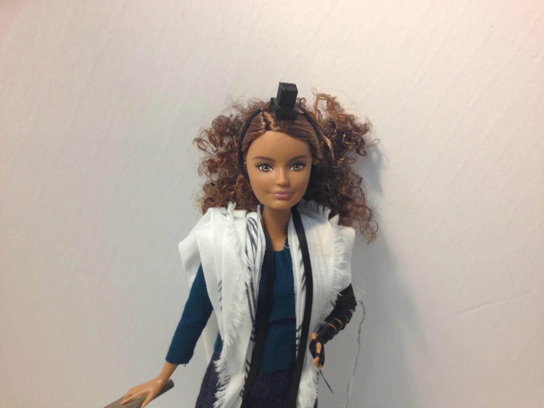 Barbie Tefillin Cheveux Bruns Boucles Petite Carrure Peau