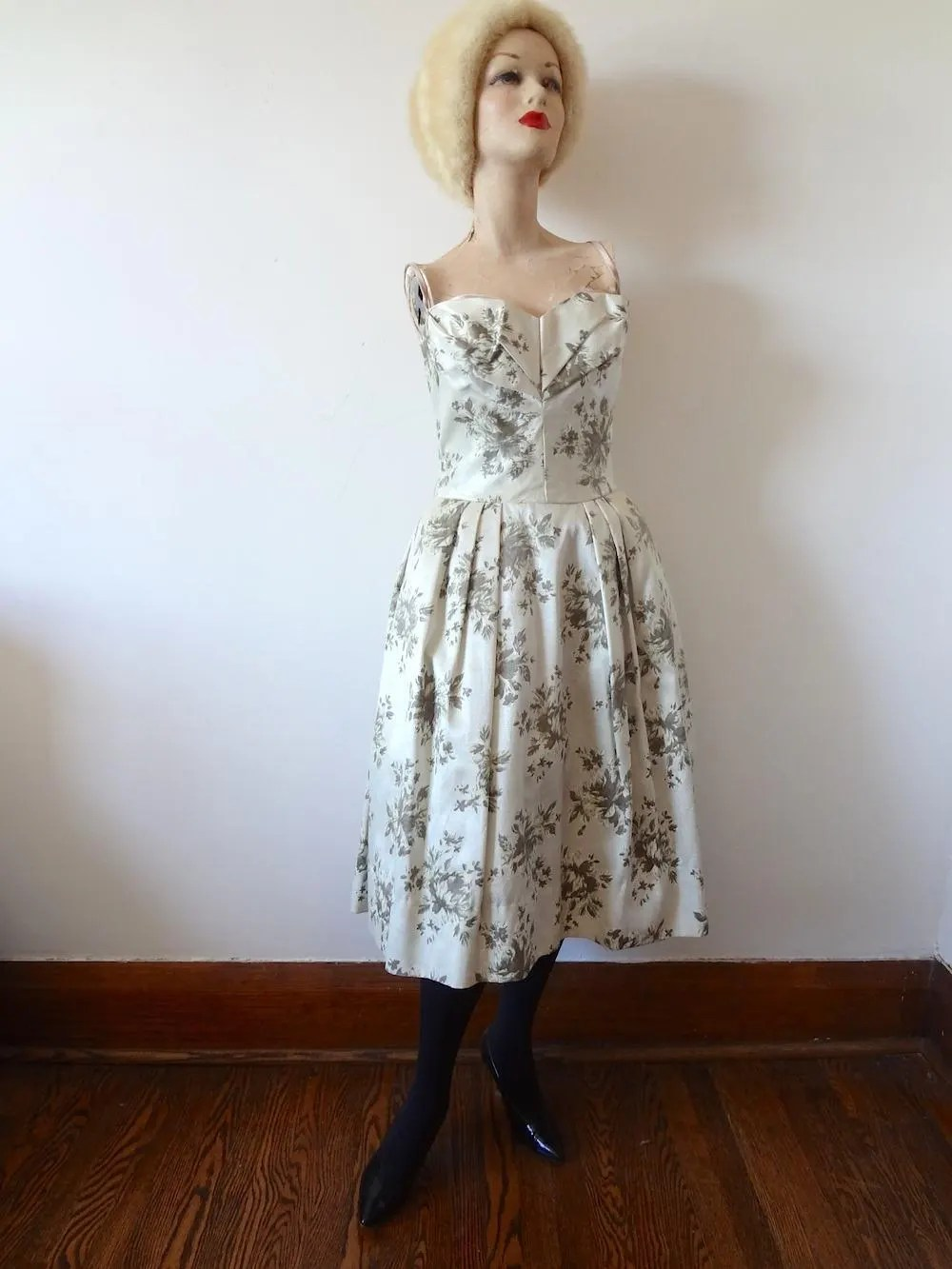 The main gameplay of the game is to obtain higher revenue by synthesing various small animals. 1950s Party Dress / Lorrie Deb floral print silk satin