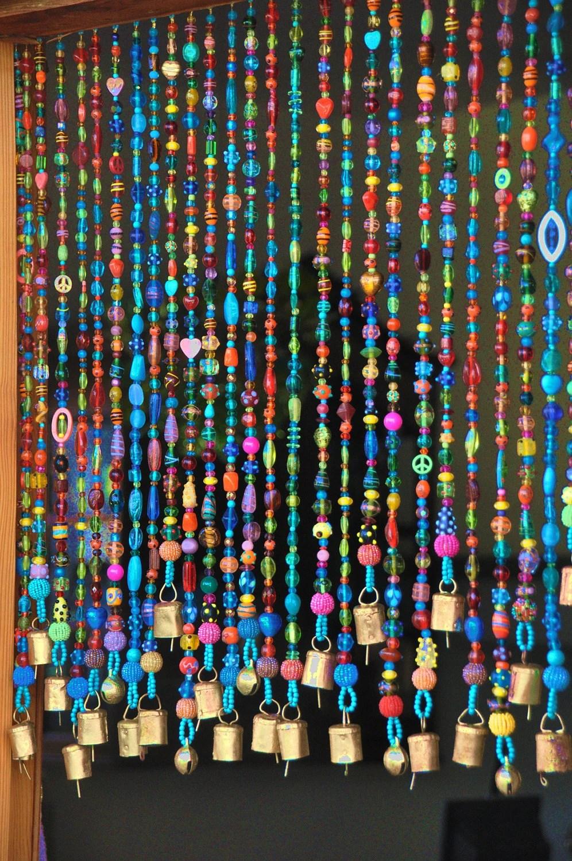 rideau colore de perle en verre de boho avec des cloches en laiton faites a l ordre