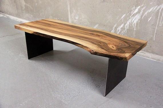 table basse noyer massif live edge sur plaques d acier sur mesure