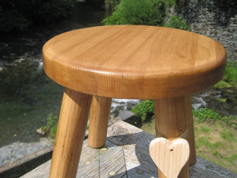 tabouret de traite en bois epais de pin plein