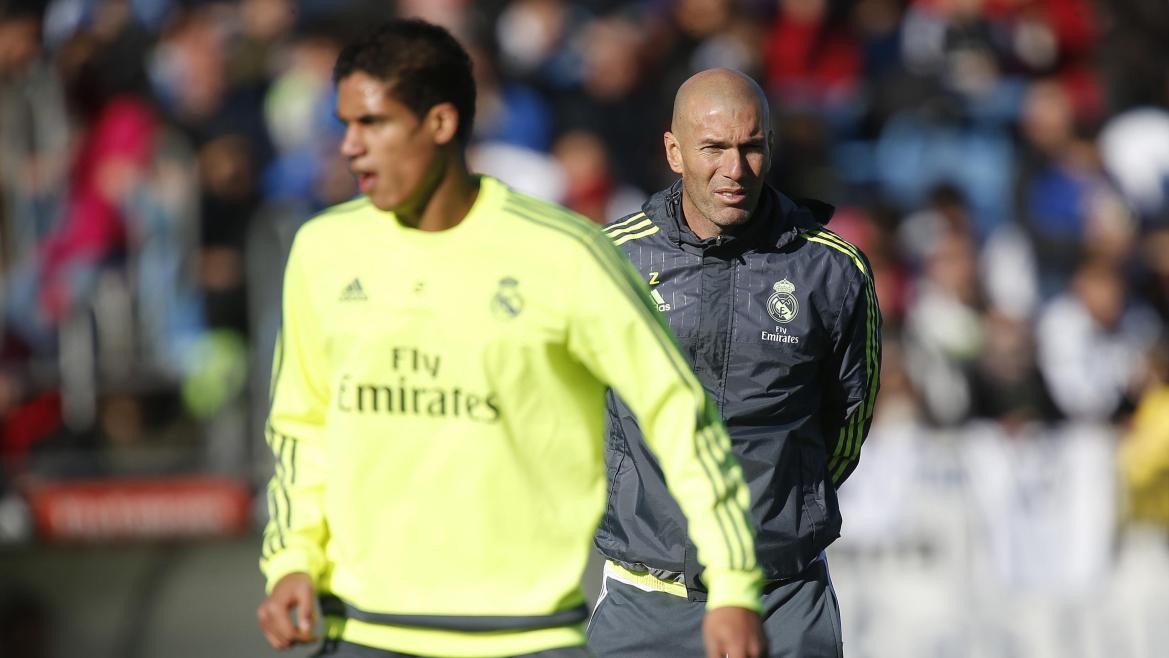 Raphaël Varane et Zinédine Zidane lors d'une séance d'entraînement du Real Madrid, le 5 janvier 2016