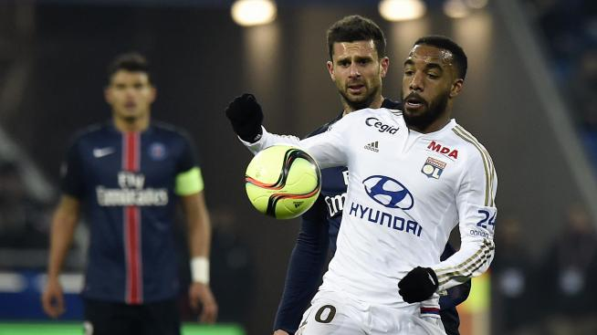 Thiago Miotta (PSG) face à Alexandre Lacazette (OL) le 28 février 2016