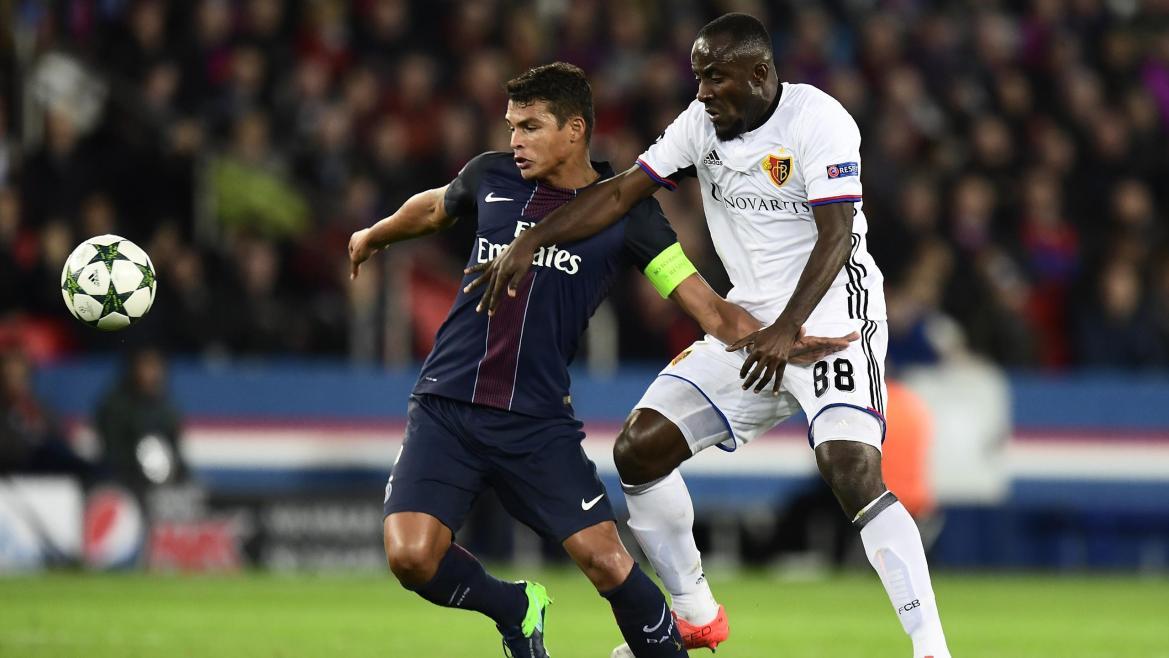 Thiago Silva (PSG) à la lutte avec Seydou Doumbia (Bâle)
