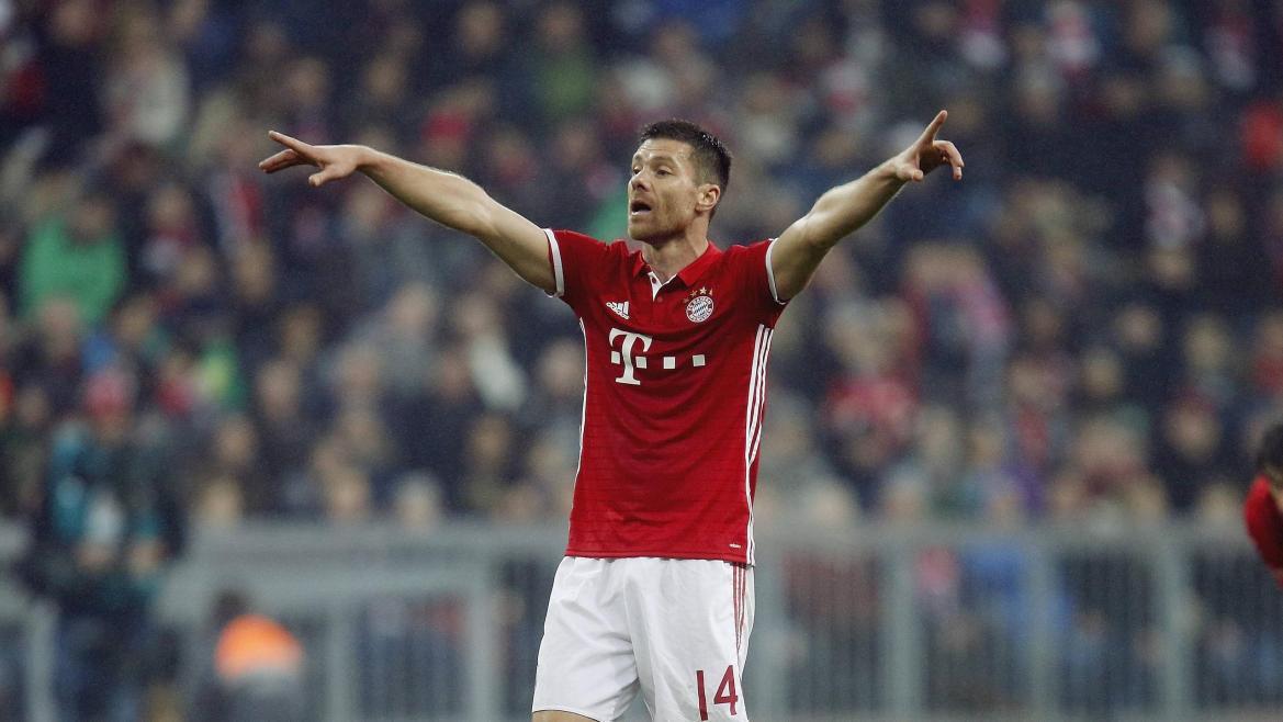 Xabi Alonso dirigiert seine Mitspieler beim FC Bayern