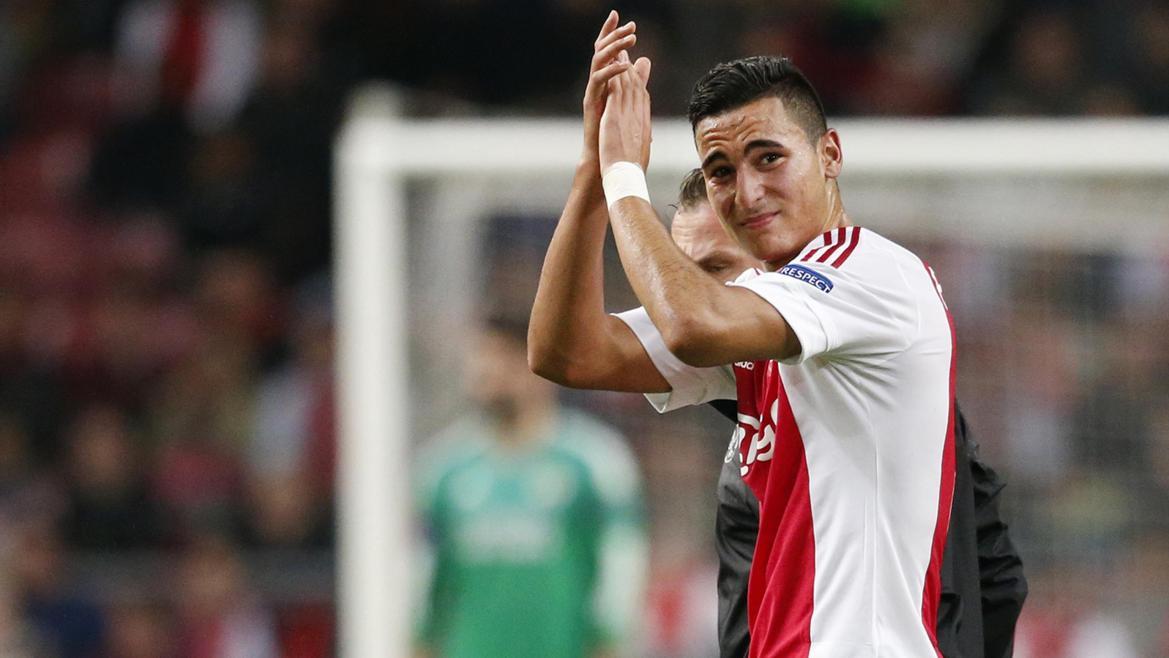 Anwar El Ghazi suos le maillot de l'Ajax.