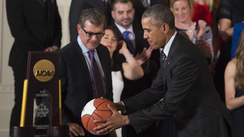 Barack Obama premia Geno Auriemma e le UConn Huskies del 2016