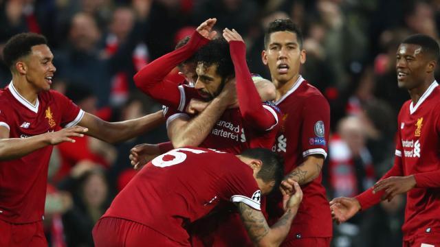 Les joueurs de Liverpool enlassent Mohamed Salah, buteur contre l'AS Rome en demi-finale aller de la Ligue des champions