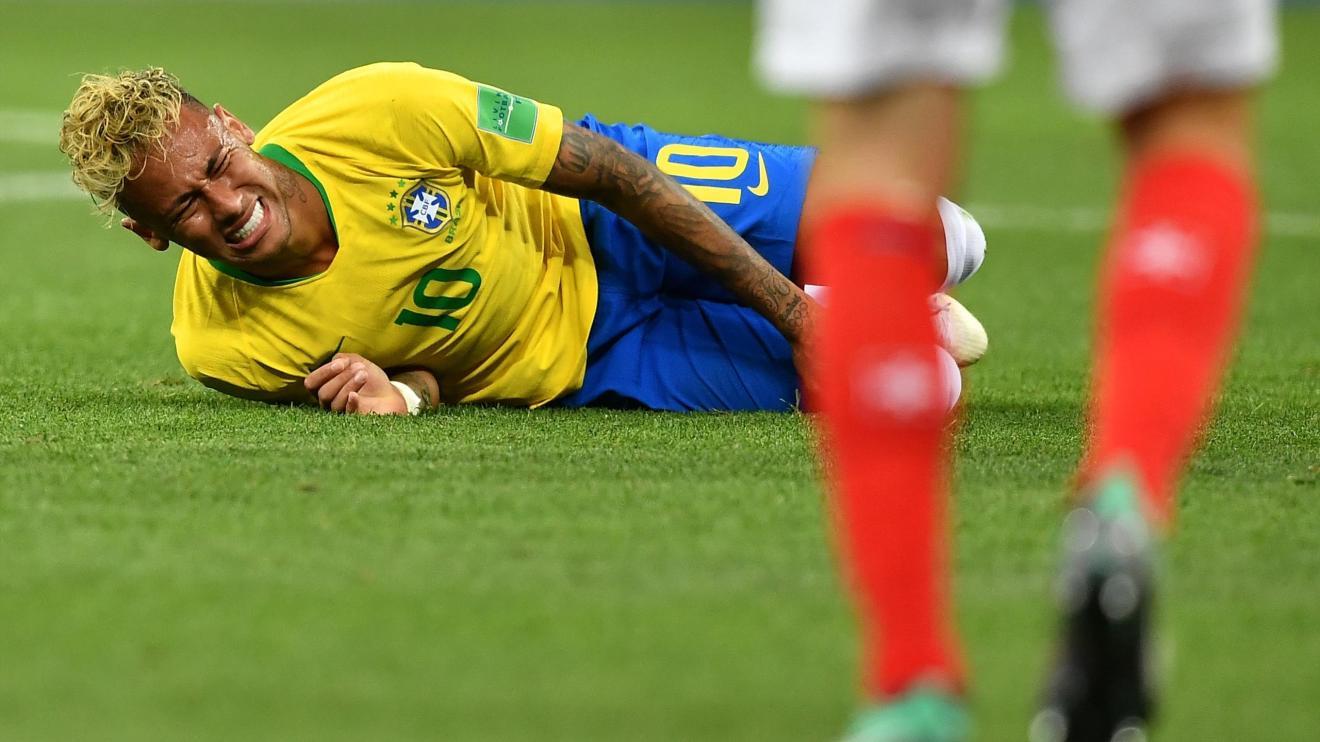 Neymar au sol face à la Suisse.