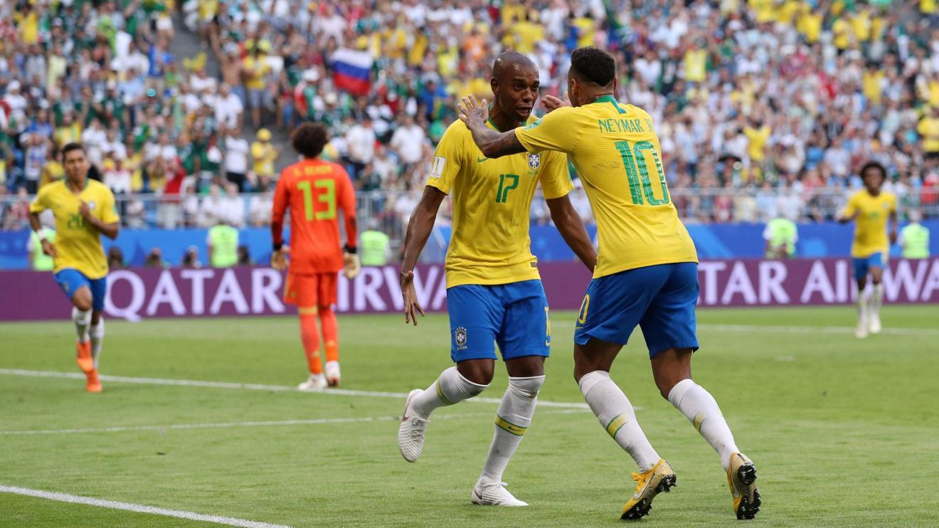 Neymar et Fernandinho célèbrent un but brésilien contre le Mexique à la Coupe du monde.