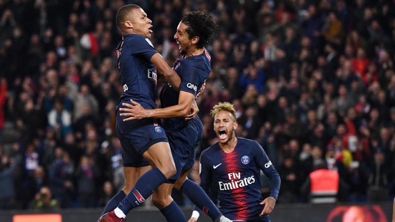 Kylian Mbappé (PSG) dans les bras de Marquinhos après son quatrième but contre Lyon