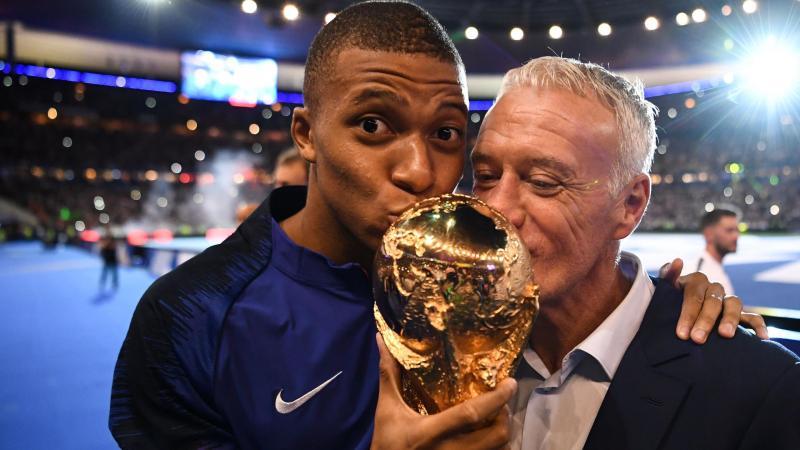 Kylian Mbappé et Didier Deschamps embrassent la Coupe du monde, le 9 septembre 2018 au Stade de France.