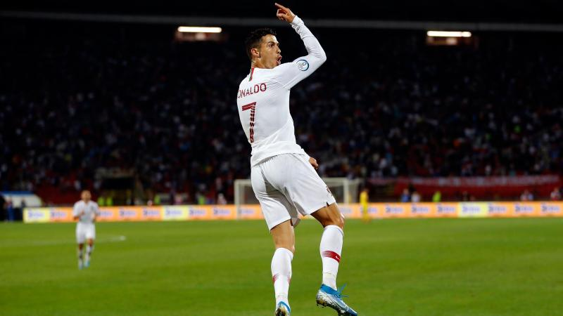 Cristiano Ronaldo (Portugal) célèbre un but contre la Serbie lors des qualifications de l'Euro 2020