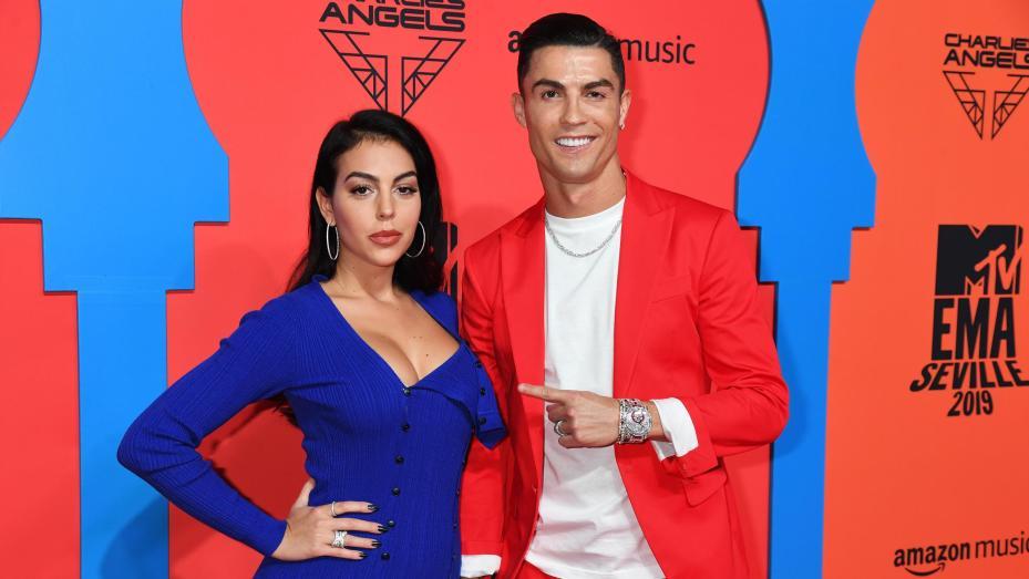 Криштиану Роналду (справа) и Джорджина Родригес