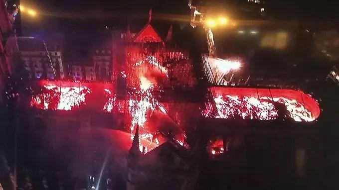 Une photo prise par un drone du toit de Notre-Dame de Paris.