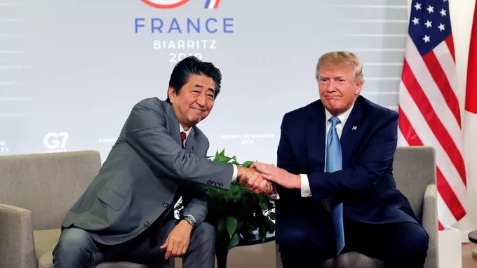 Shinzo Abe et Donald Trump échangent une poignée de mains, à Biarritz le dimanche 25 août.