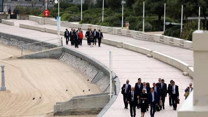 Le président du Conseil européen Donald Tusk et la chancelière allemande Angela Merkel se rendent de l'Hôtel du Palais au centre de congrès de Bellevue avec leurs délégations, à Biarritz le dimanche 25 août.