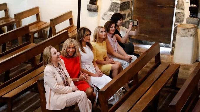 Les conjointes des chefs de délégation assistent à un chant traditionnel au sein de l'église Saint-Étienne, à Espelette le dimanche 25 août.