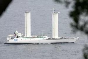 L' Alcyone, en 2006. Ce bateau est équipé de deux «voiles» rigides.