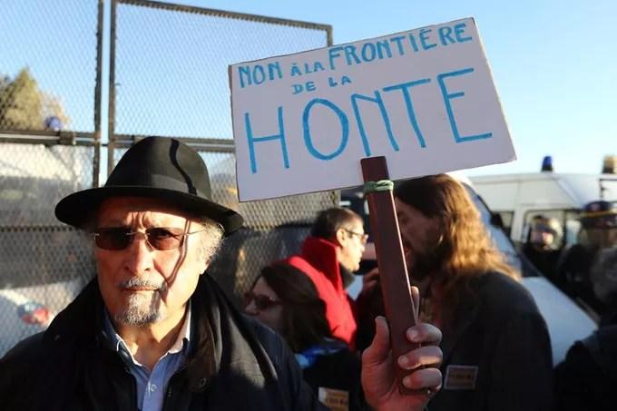 Un manifestant brandit une pancarte sur laquelle est inscrite