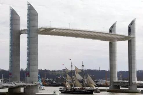 Ce pont très caractéristique avec ses quatre pylônes de 77 mètres de haut, est le cinquième pont routier au-dessus de la Garonne à Bordeaux.