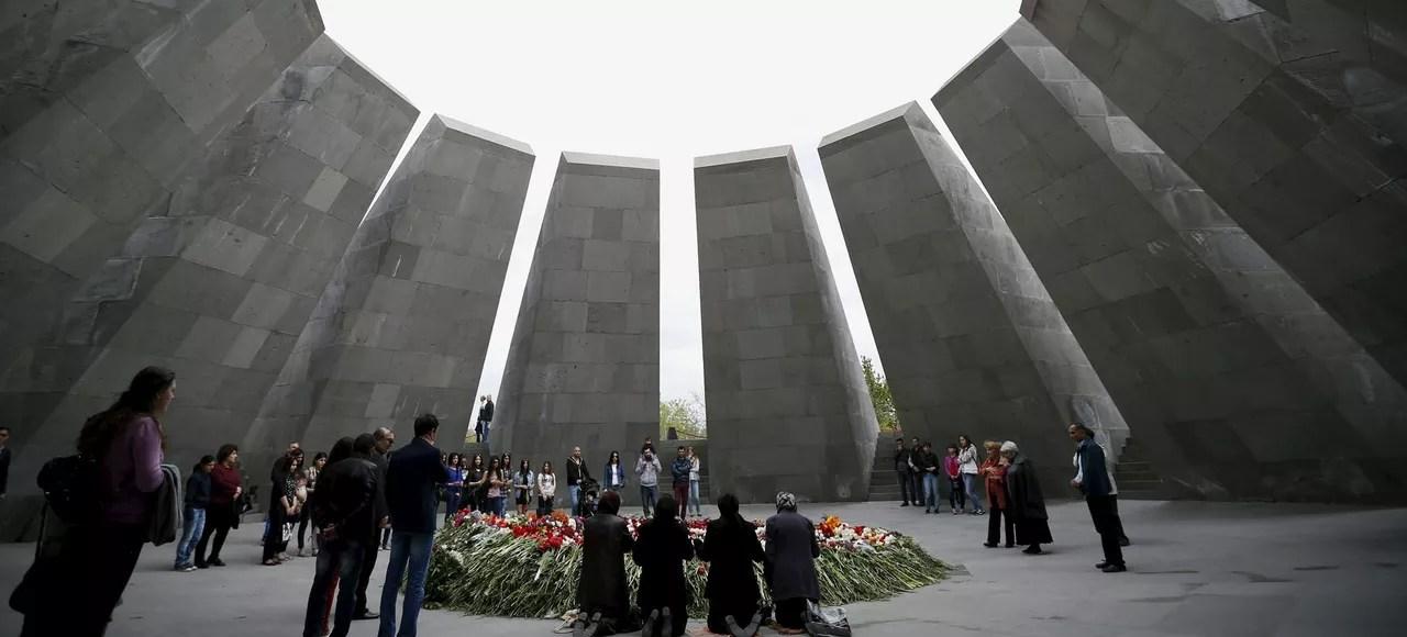 Des Arméniens se recueillent au Mausolée du génocide, mardi 21 avril à Erevan.