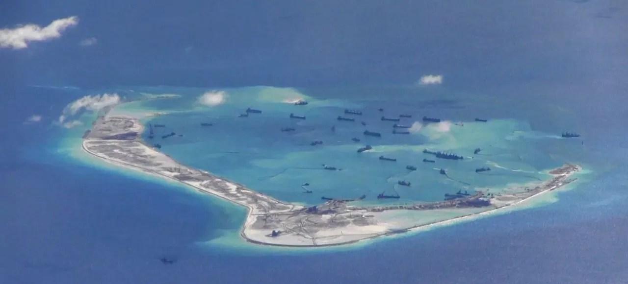 Des bateaux chinois en pleine activité sur l'archipel des Spratleys. Ces images ont été prises depuis un avion patrouillieur de l'armée américaine en mai dernier.